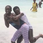 Nach dem Bootsausflug dürfen die Kinder noch ein bisschen im indischen Ozean plantschen, schwimmen kann leider keiner