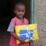 Sympi happy mit Geschenk von seinem Sponsor