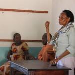 Gründerin der Schule Esther Ndemwa spricht zu den Eltern und Schülern