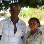 V. Onyango mit der Gründerin der Schule