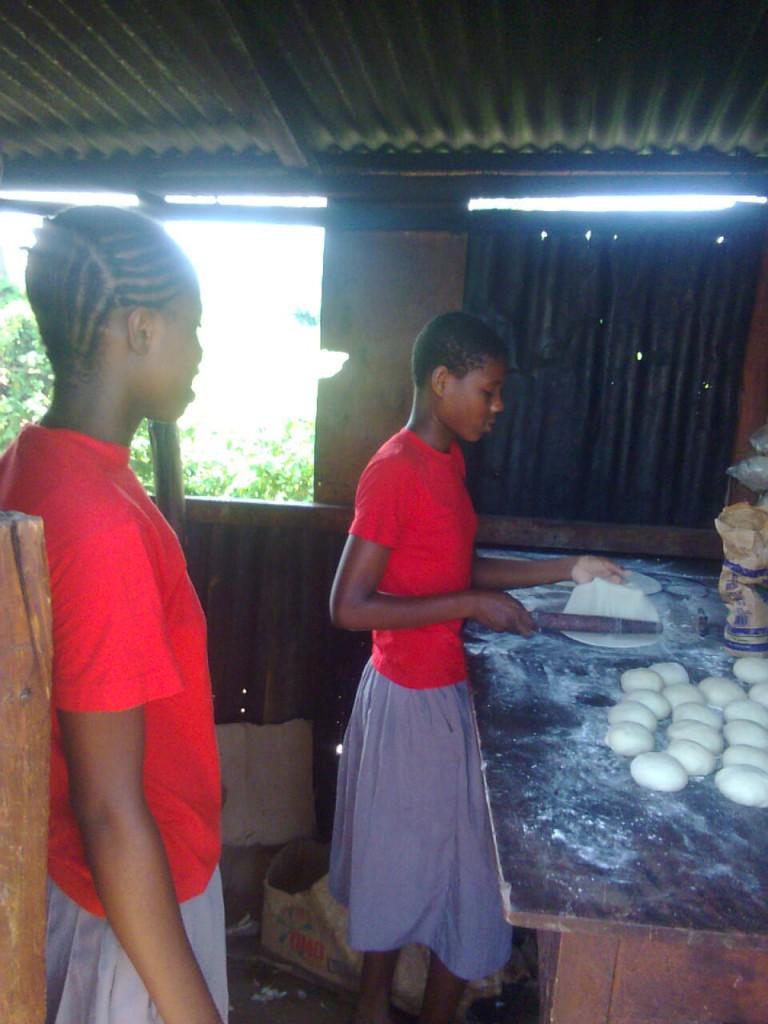 Chapati für die Schüler der Klasse 8, die das landesweite KCPE Examen hinter sich haben und die Schule verlassen  werden. Mit ein wenig Spendengeld konnte eine kleine Abschiedsfeier organisiert werden.