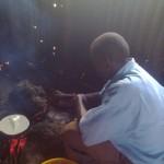 Mr. Mutinda bei der Arbeit, kleine Menge kocht er immer draußen in der Hütte auf dem Feuer.