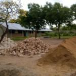 Anlieferung von Sand, Steinen und Zement
